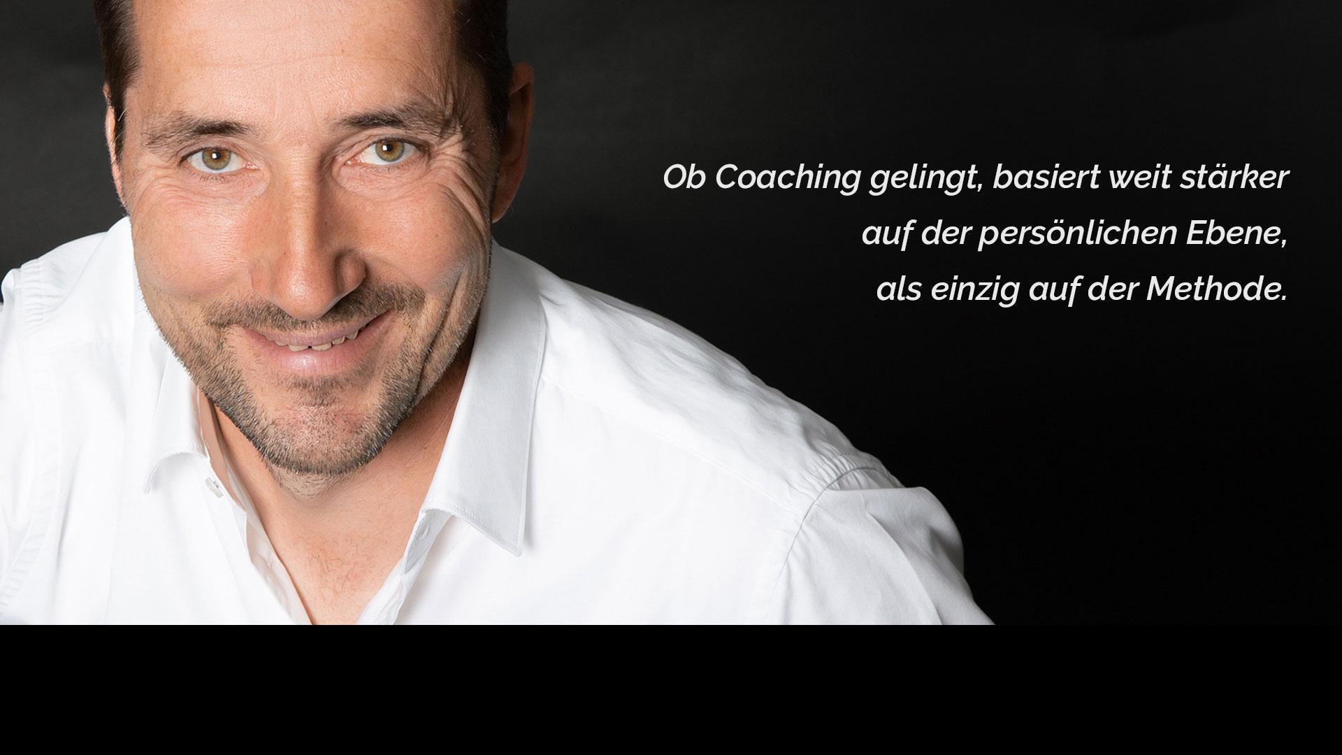 """Der lächelnde Coach Jürgen Möller und sein Slogan """"ob Coaching gelingt, basiert weit stärker auf der persönlichen Ebene, als auf der Methode""""."""